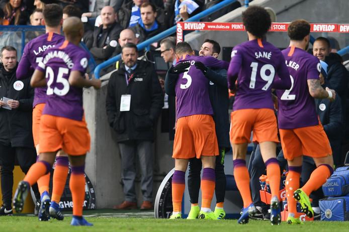 Spelers van Manchester City vieren het doelpunt van Danilo tegen Huddersfield Town.