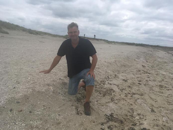 Jakkoo Brouwer laat het randje zien dat het strand schoonhoudt