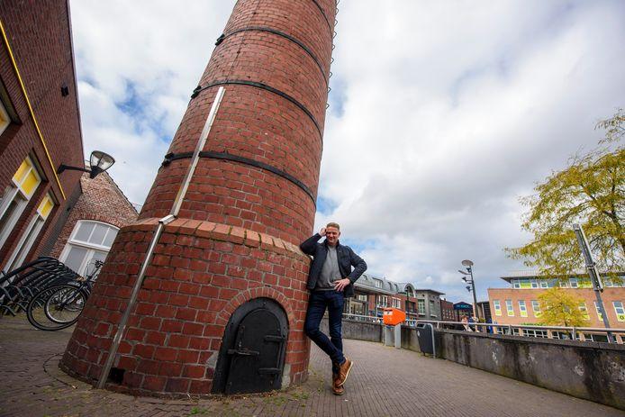 Leon Vingerhoeds, schrijver van het griezelverhaal, bij de schoorsteen in De Loop.
