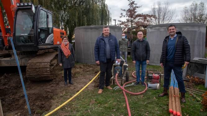 """Drie grote tanks vangen regenwater sporthal op om tennisvelden te besproeien: """"Een investering die zichzelf terugbetaalt"""""""
