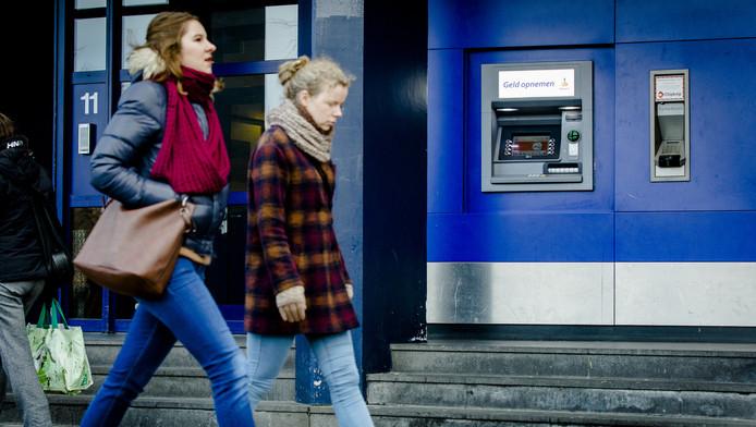 Een pinautomaat van de Rabobank in het centrum van Den Haag.