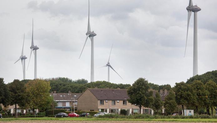 De wethouder zag gisteren zelf hoe hoog de windmolens boven de woningen in Geer- en Heenvliet uittorenen.