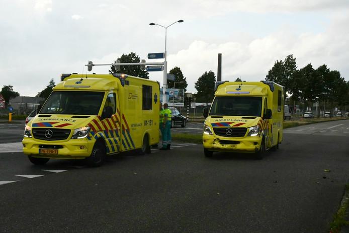Een aanrijding tussen een auto en twee ambulances op de Zuiderval in Enschede.