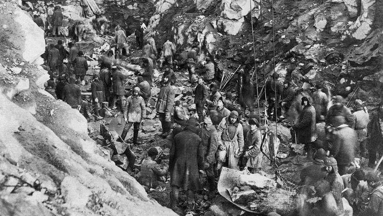 Gevangenen van een goelag graven met blote handen het Witte Zeekanaal. Beeld Thomas Kizny