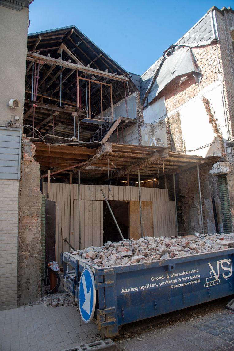 Bij de afbraak van een pand in de Florimond Leirensstraat kwam een zware steunbalk naar beneden.