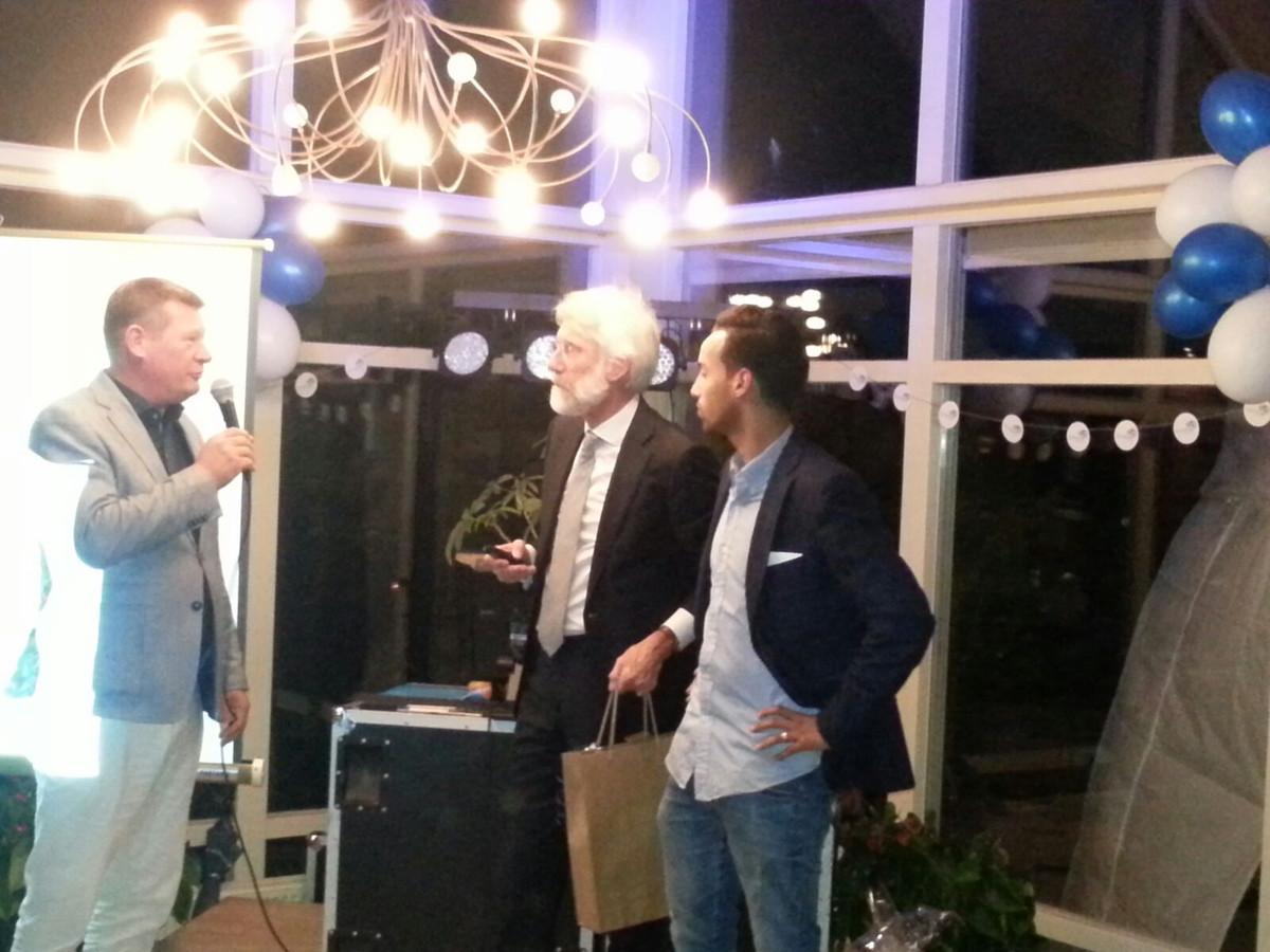 Sivan Kornmann (rechts) op de benefiet voor de Edwin van der Sar Foundation. Naast hem neuropsycholoog Erik Scherder, links Paul Hardeman.