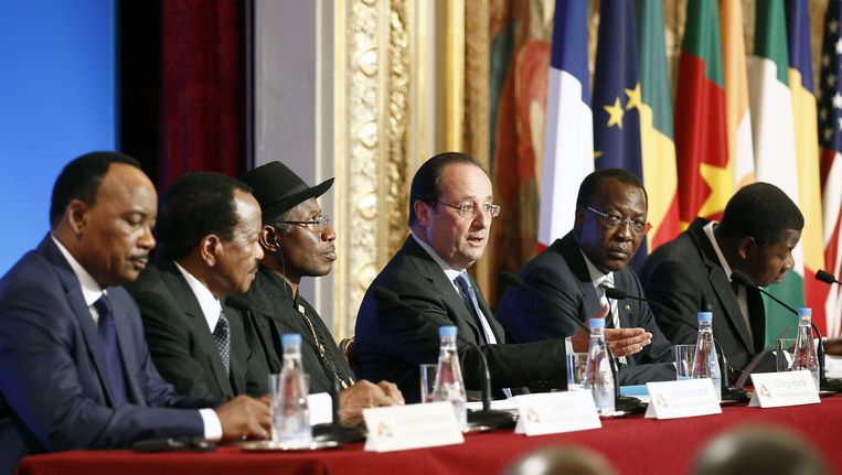 Van links naar rechts: president Issoufou (Niger), president Biya (Kameroen), president Jonathan (Nigeria), president Hollande (Frankrijk), president Deby Itno (Tsjaad) en president Boni Yayi (Benin), vandaag in Parijs. Beeld getty