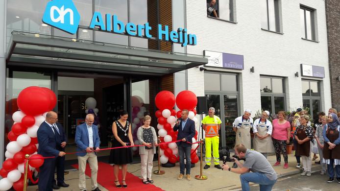 Samen met burgemeester Hanne van Aart knippen Piet en Bep den Hartog het lint voor de nieuwe AH-supermarkt door.