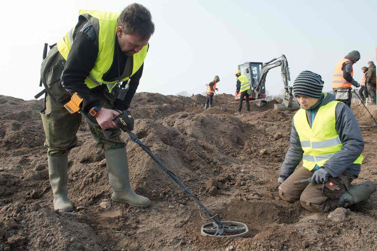 Amateurarcheologen René Schön en de 13-jarige Luca Malaschnitschenko aan de slag.
