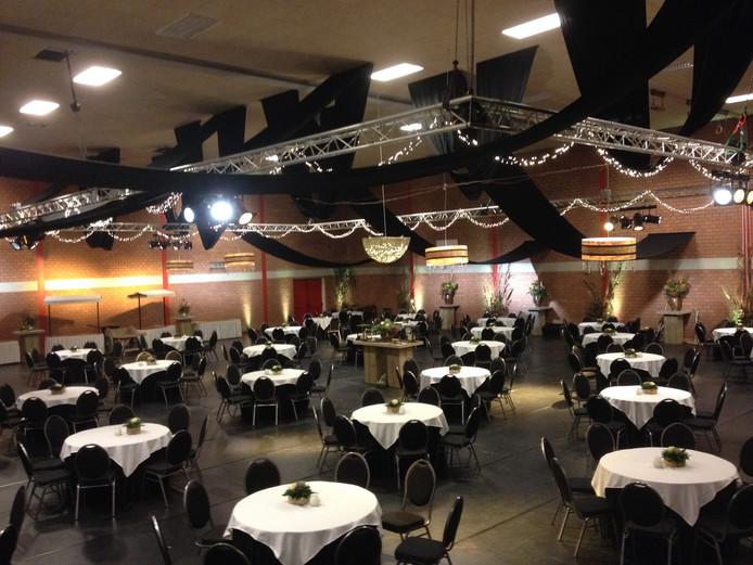 De sportzaal in gemeenschapshuis De Horst is omgetoverd tot feestzaal.
