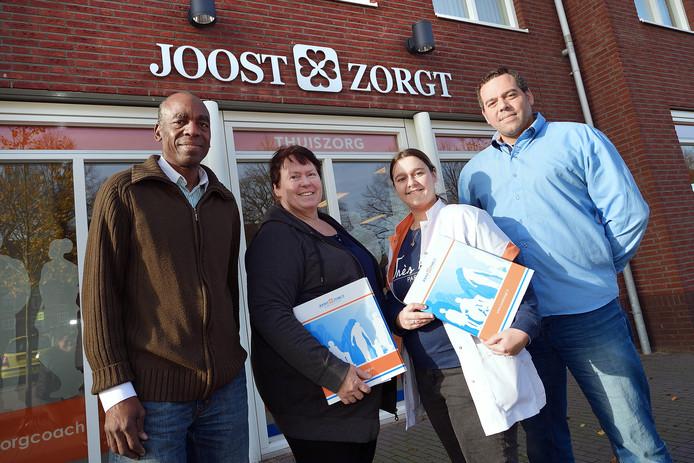 Vlnr Franklin Elgin, Annick Elgin-Marijnissen, Lesly van Meel en Gylion Elgin drie jaar geleden voor het nieuwe kantoor en werkruimte van thuiszorgorganisatie Joost Zorgt.