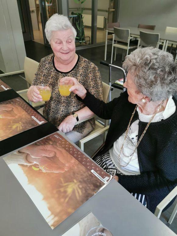 De bewoners van woonzorgcentrum Sint-Augustinus klinken met een zelfgemaakt glaasje fruitwater.