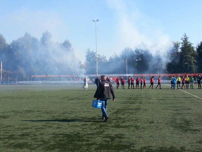 Vuurwerk en fakkels bij Sportclub Bemmel dat vandaag de eerste periode titel kan pakken