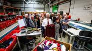 Vlaams minister-president Geert Bourgeois krijgt dikke trui in Kringwinkel 't Rad