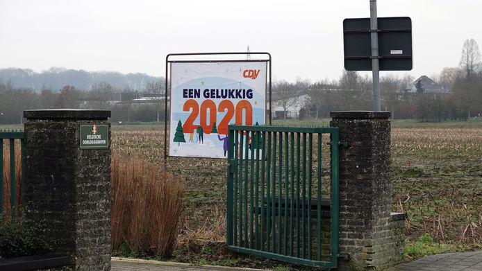 Het spandoek hangt vlakbij de begraafplaats in Sint-Denijs.