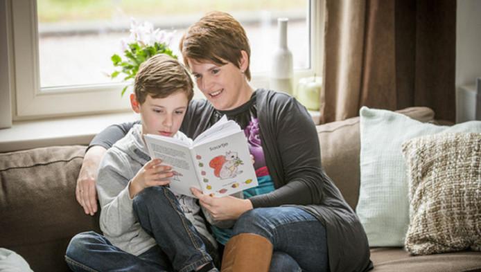 Esther leest haar zoontje voor uit haar zelfgeschreven boekje.
