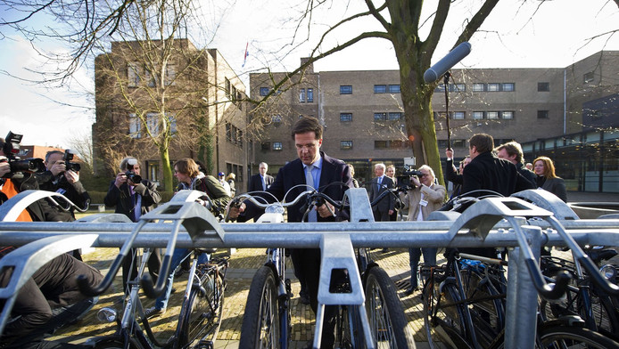 Premier Rutte zet zijn fiets in de stalling voor het Maerlant-Lyceum aan de Johannes Bildersstraat.Hij opende in 2011 als oud-leerling het gerenoveerde schoolgebouw.