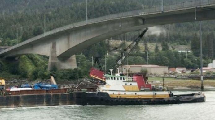 Il filme une grue heurtant un pont en Alaska.