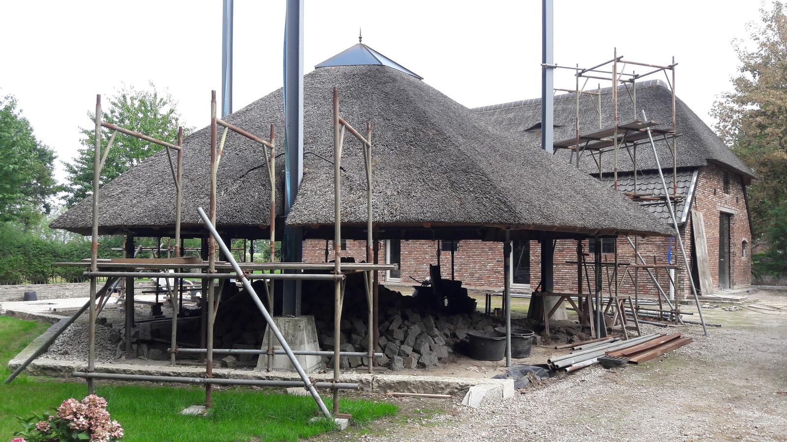 De boerderij van Bart Romijnders krijgt bescherming tegen wind en regen. Hier de hooimijt op steigepijpen.