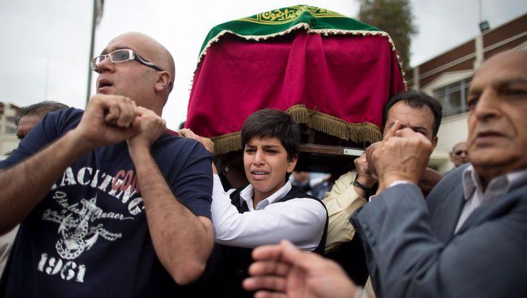 Kenianen dragen de doodskist van een slachtoffer dat omkwam bij de aanslag in Nairobi. Beeld getty