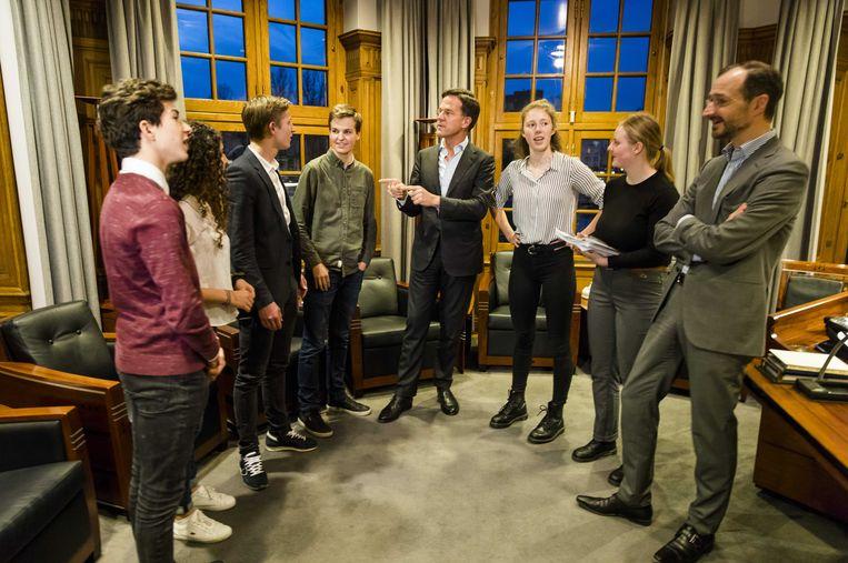Premier Rutte en minister Wiebes ontvangen scholieren die demonstreren voor een ambitieuzer klimaatbeleid.  Beeld ANP