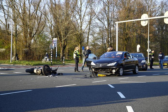 Een motorrijder raakte gewond bij een aanrijding in Zwolle aan de Zwartewaterallee.