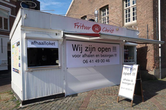 Bij Frituur de Christ in Breda is een afhaalloket geopend tijdens de coronacrisis.