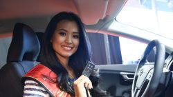 """Miss België haalt gloednieuwe wagen op: """"Ik hou niet alleen van vliegen, maar ook van autorijden"""""""