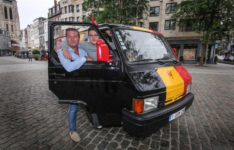 Thomas en zijn zoon Bart met de WK-bestelwagen.