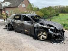 Elektrische auto brandt volledig uit, vuur laait steeds opnieuw op
