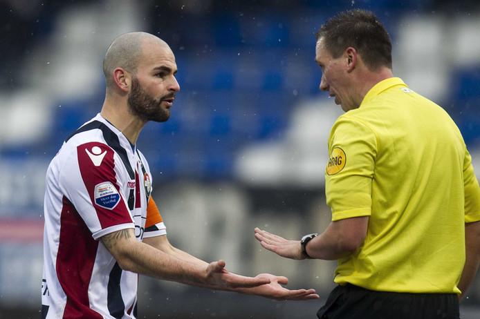 Hans Mulder (L) klaagt bij scheidsrechter Maarten Ketting tijdens de wedstrijd tegen ADO Den Haag. foto: ANP Pro Shots