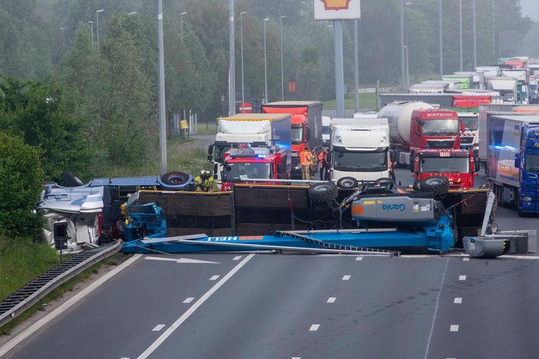 De gekantelde vrachtwagen verspert de volledige E40 in Wetteren