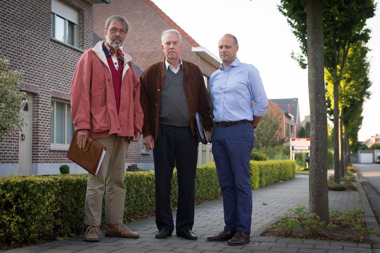 Frans Baes, Philippe Hersleven en Bruno Geens van welzijnsgroep 'Geen Windmolens E19' voeren actie tegen de twee geplande windturbines.