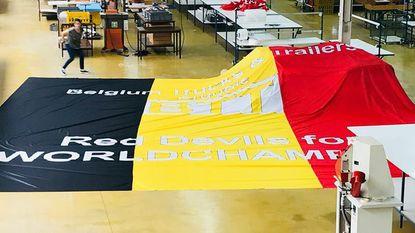 Waelkens maakt gigantische vlag voor België-Frankrijk