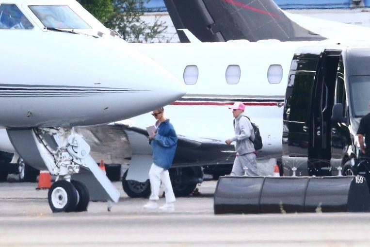 Hailey Bieber en Justin Bieber klimmen aan boord van de privéjet.
