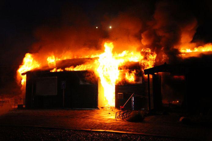 De brandweer sluit brandstichting uit.