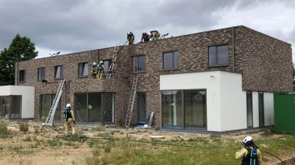 Isolatie vat vuur tussen spouwmuur na roofingwerken