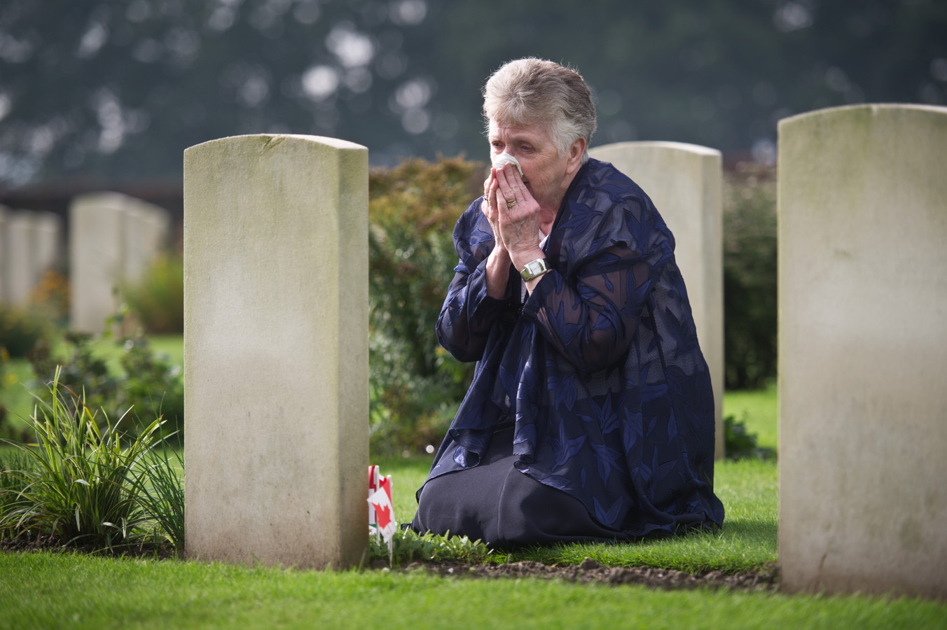 Harriet Jenereaux (75) uit Canada voor het eerst bij het graf van haar vader op het Canadese Begraafplaats Groesbeek.