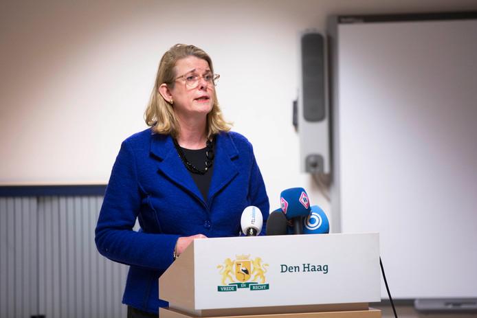 Burgemeester Krikke tijdens de persconferentie over de uit de hand gelopen vreugdevuren
