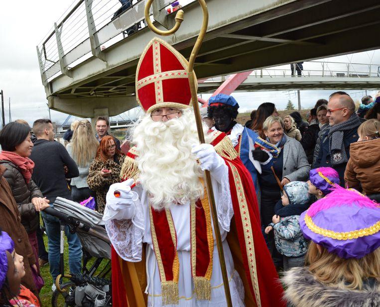 De Sint begroet de aanwezige kinderen.