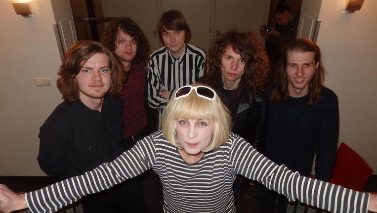 Carol van Dijk (Bettie Serveert) en The Tambles, de Velvet Undergroundtributeband van de avond. Lekker Beeld Schuim