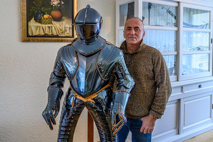 Kunstenaar Gotscha Lagidse uit Georgie bij zijn Harnas van Prins Maurits.