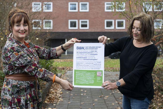 Tegenstanders van het ontwerp voor het marktplein met hun actie-affiche: Anita Mulder (links) en Erika Schindler.