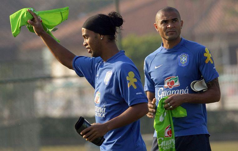 Alves (rechts) in 2007 met Ronaldinho als Braziliaans international. Beeld afp