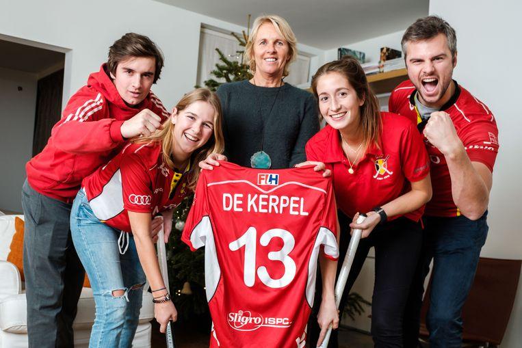 De familie van hockeyer Nicolas De Kerpel is in de wolken met de wereldtitel van de Red Lions. Op de foto: broer Pierre, zus Manon, mama Maryse, vriendin Margaux en broer Thibault.