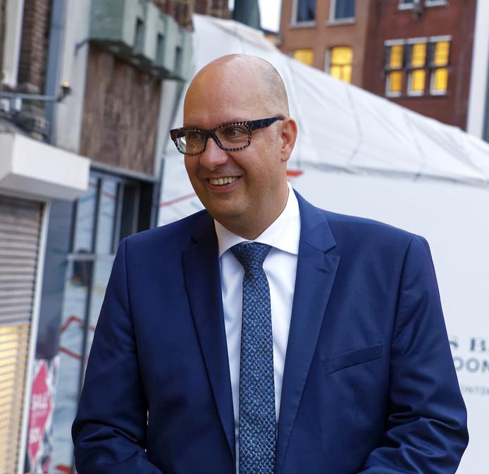 Jack Mikkers de nieuwe burgemeester van 's-hertogenbosch arriveert op het stadhuis