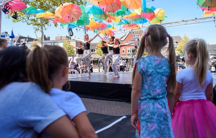 Val Val D'rie: opening van het theaterseizoen Valkenswaard. Op de Markt werd vooral gedanst.