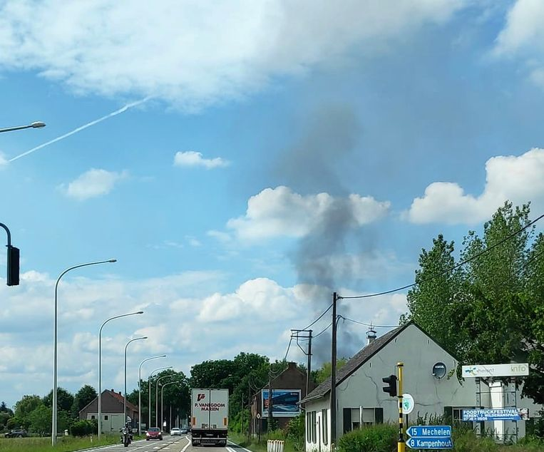De brand is van ver zichtbaar.