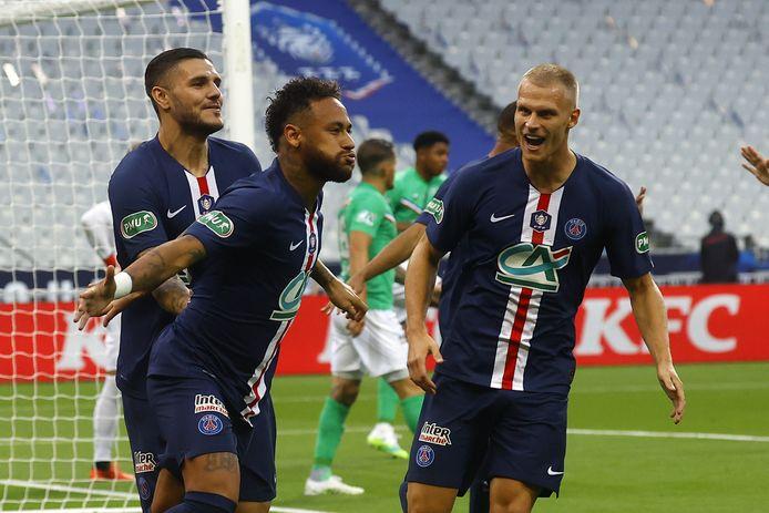 Mitchel Bakker (rechts) viert een treffer van Neymar. Hij speelt als linksback in de rug van de Braziliaanse vedette.