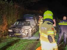 Auto in Voorhuizen verwoest door brand